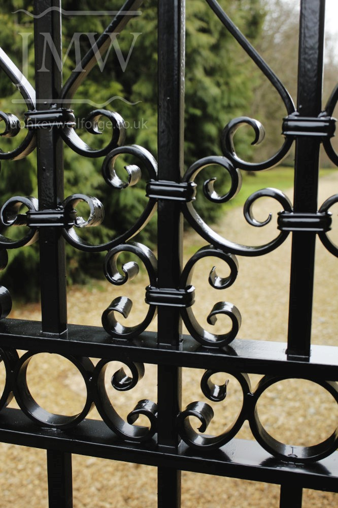 country-estate-garden-gates-scrolls-bespoke-ironwork-forge-blacksmith-cotswolds-donkeywell-forge