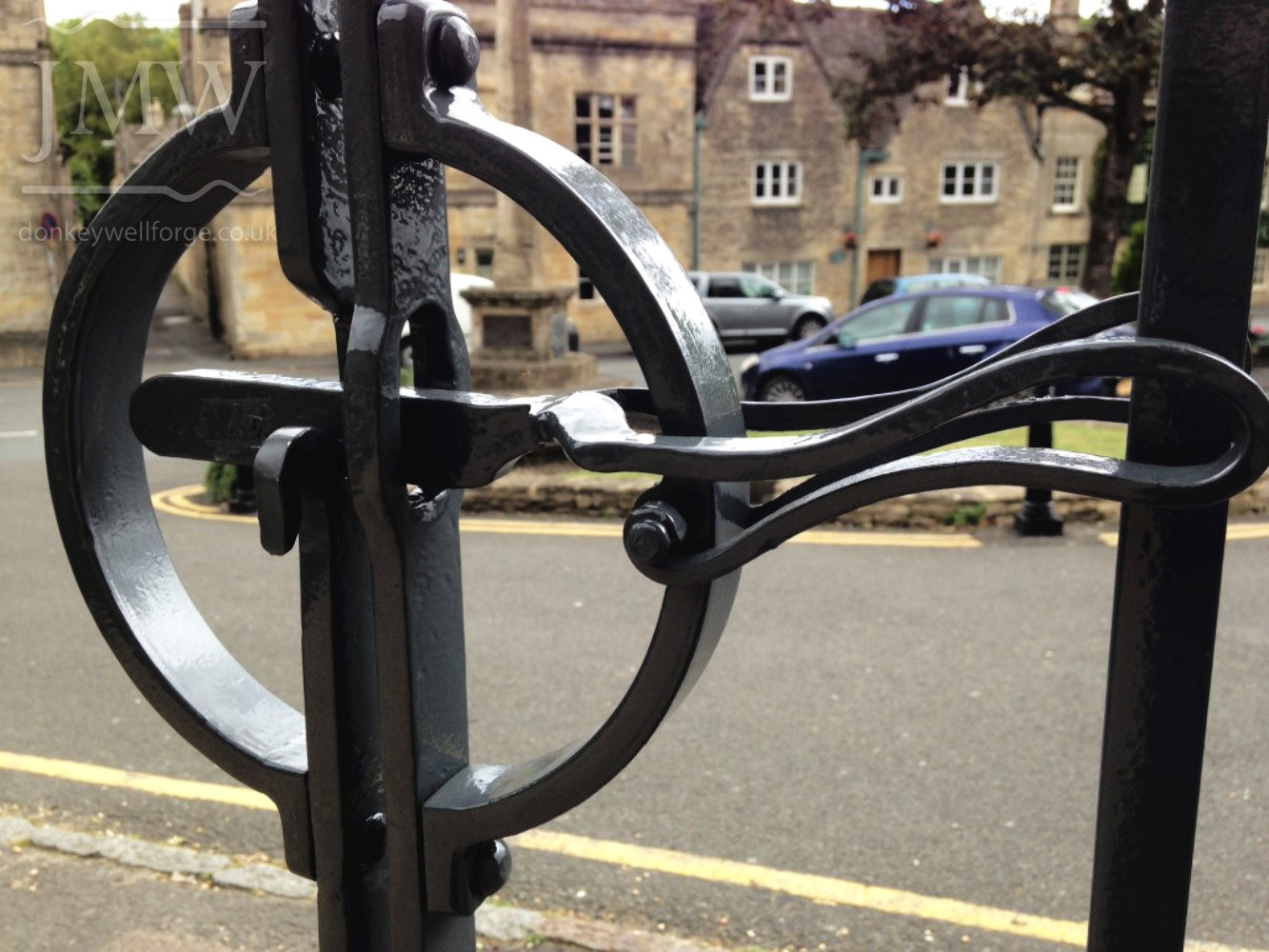 ornate-leaves-gates-cotswolds-blacksmith-detail-donkeywell-forge