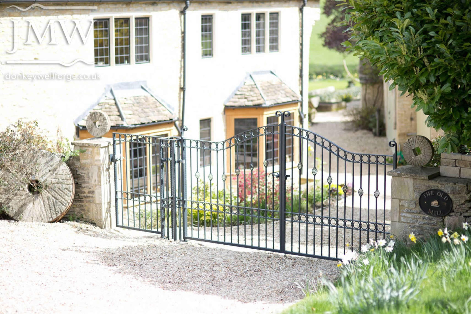 bespoke-gates-country-house-blacksmith-cotswolds-iron-work-donkeywell-forge