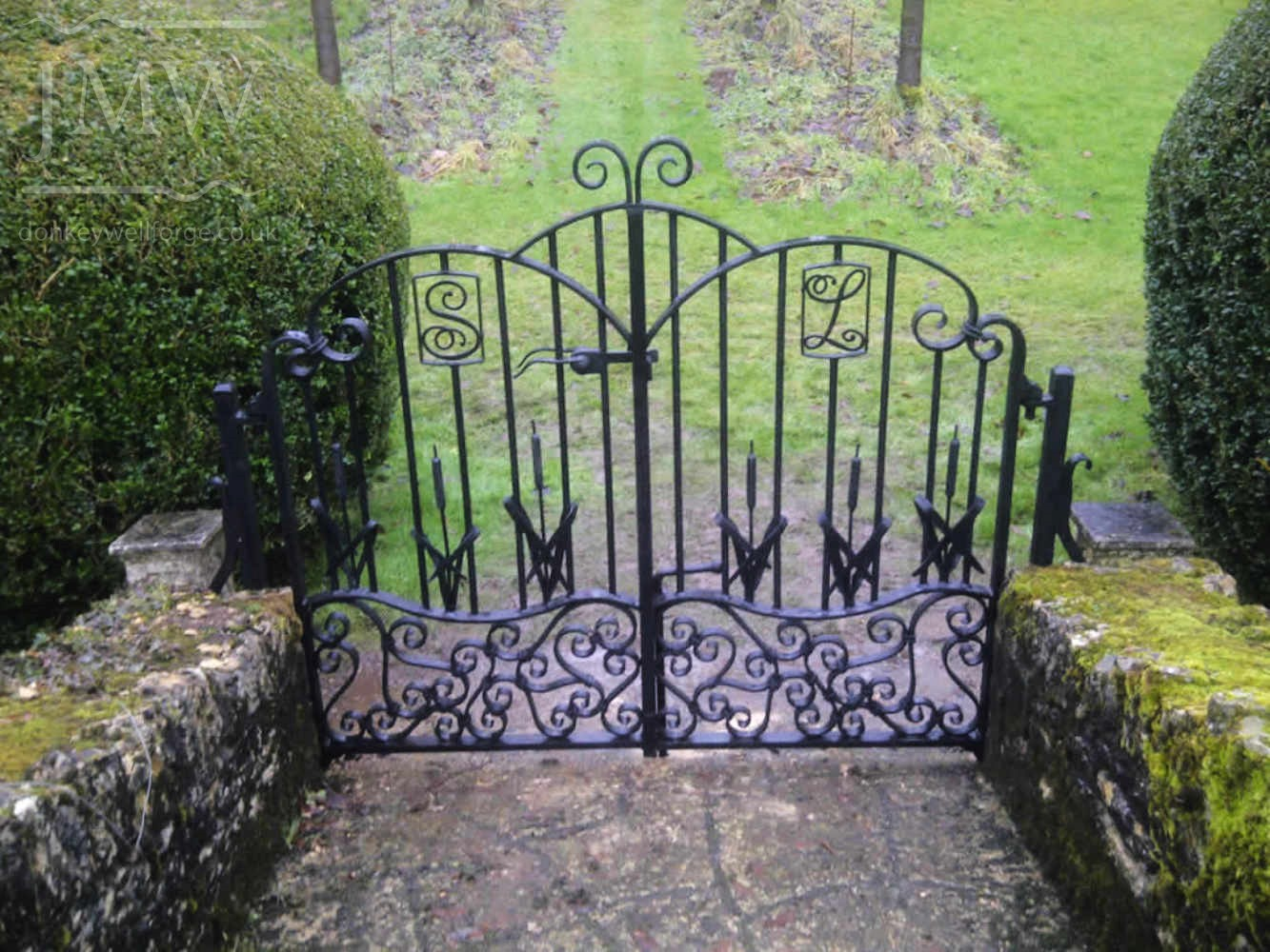 ornate-iron-gates-cotswolds-country-manor-reed-forged
