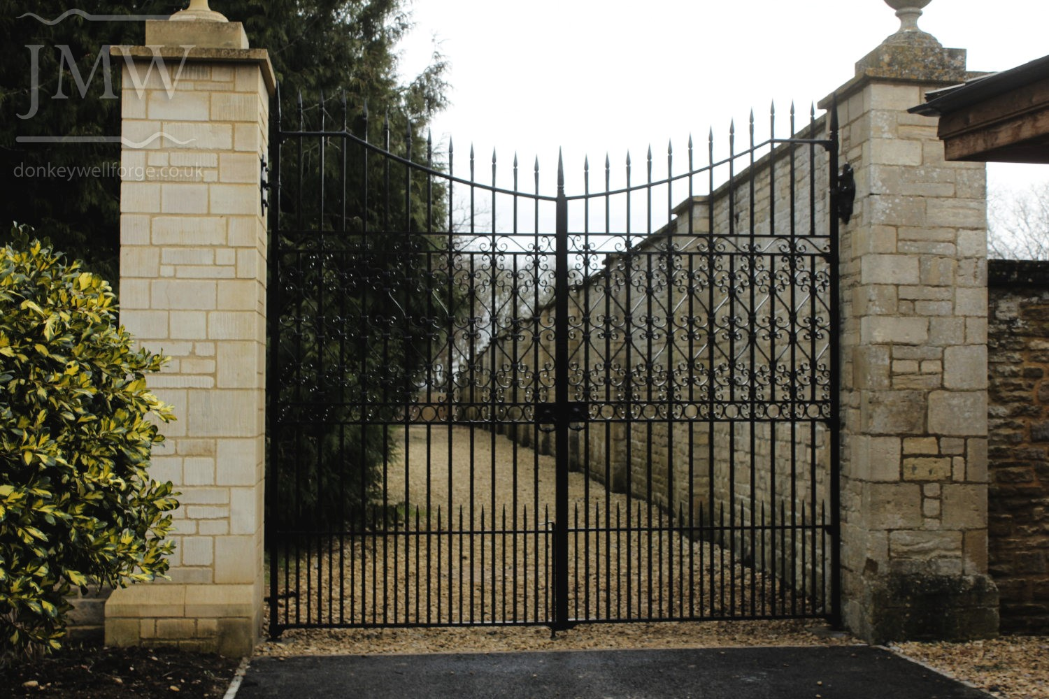 country-estate-garden-gates-scrolls-ironwork-donkeywell-forge-cotswolds