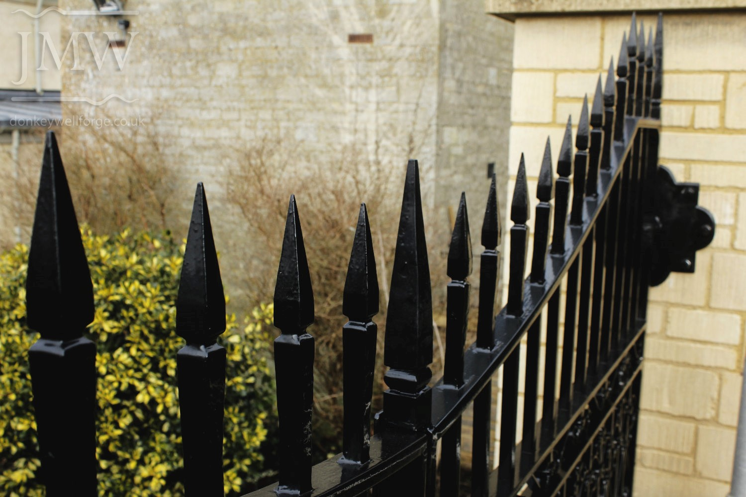 country-estate-garden-gates-scrolls-ironwork-forge-cotswolds-forged-top-spikes-donkeywell-forge