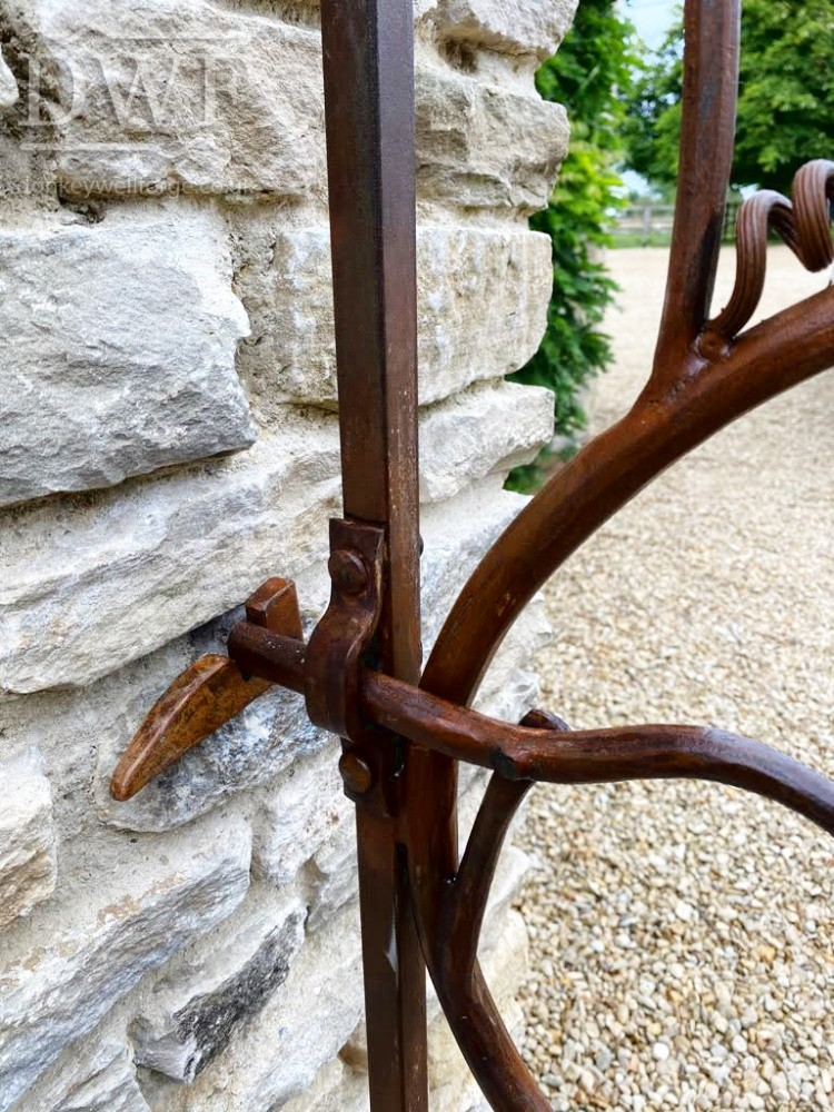 vine-leaf-gate-forged-artistic-latch-detail